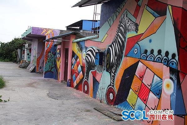 """猩猩斑马""""爬""""上农家院,创意墙绘引客来"""