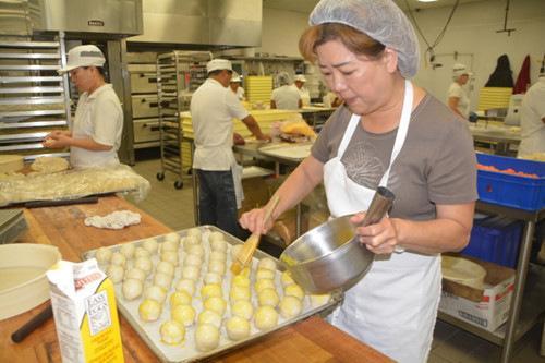 台式酥皮月饼今朝仍是纯手艺完结,月饼徒弟至关专心。(美国《国际日报》/杨青