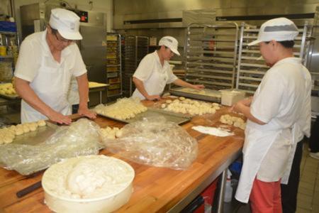 圣盖博谷中秋月饼鏖战开打,多产业地月饼厂家15日出产本年榜首批月饼。(美国《国际日报》/杨青 摄)
