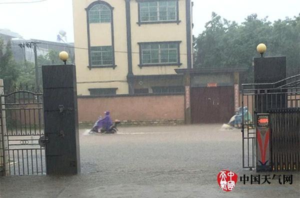 京津冀迎强降雨 飓风来袭华南有强风雨