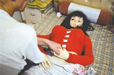 成都老医生复活亡妻 1.6万网购硅胶娃娃(图)