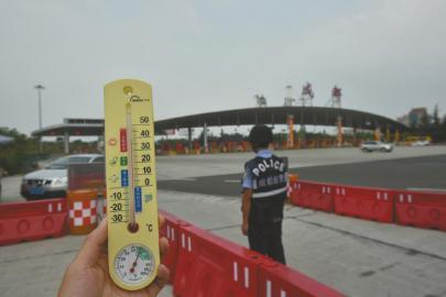 成都民警每天高温下执勤7小时:烈日晒脱皮(图)