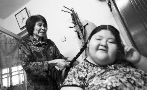 天鸿也爱美,奶奶给她编辫子时她开心地笑了。