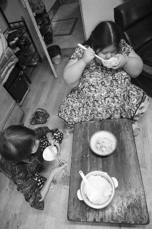 米饭,凉拌黄瓜丝就是她们的晚饭。