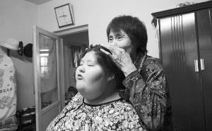天鸿是奶奶的宝贝,奶奶把天鸿捧在手心。