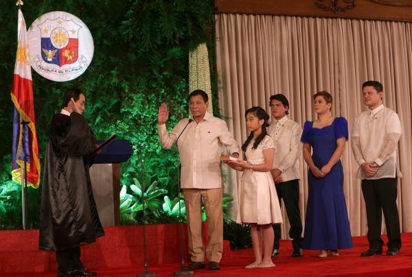 6月30日,在菲律宾马尼拉的总统府马拉卡南宫,菲律宾新总统罗德里戈・杜特尔特(左二)发誓就职。新华社发