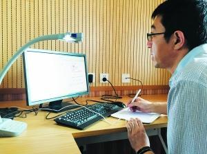 胡明浩在学校微课录制室里录制物理微课