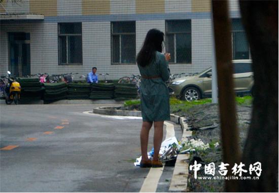 一个女生留步在花旁悄然默默抽泣