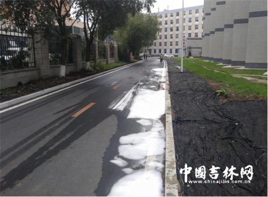 """案发觉场保洁职员用干净液冲洗过的路面,另有一些""""红色泡沫""""留在路上。"""