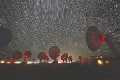 """12岁男孩爱追""""星"""" 初次观测银河激动到哭(图)"""