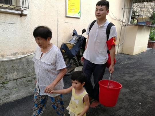 厦门志愿者支援台风重建 只为让城市更美丽