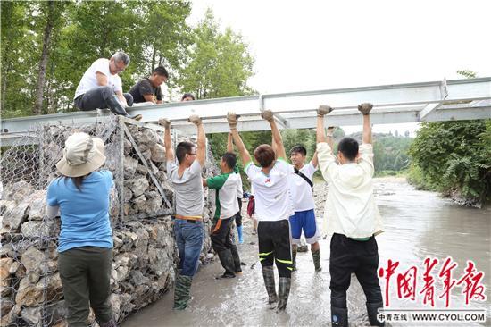 80名学生6天建起2座桥 结束贫困山村无桥史