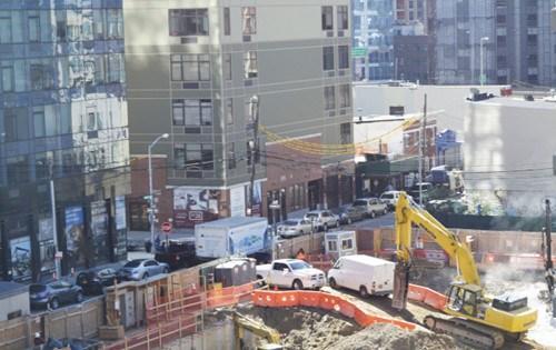 纽约皇后区长岛市不断造起新楼。(美国《世界日报》/俞姝含