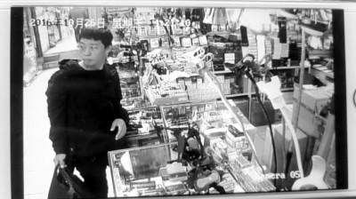 监控实拍:男子进店偷走女店主母亲救命钱(图)