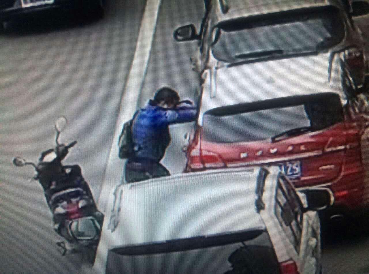 男子骑摩托沿路寻目标 用弹弓打碎车窗盗窃(图)