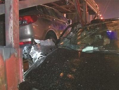 南京江宁区东麒路一豪车雨夜追尾货车 副驾上公司老板重伤昏迷