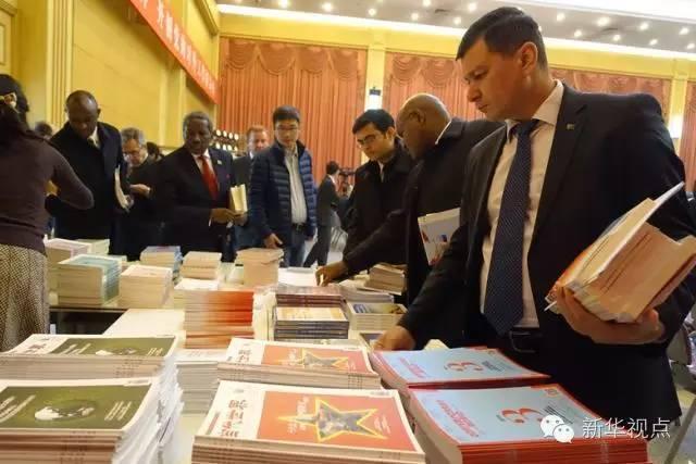 这些书刊,有的是对中国国情的介绍,有的是对中国共产党重要会议的成果解读,还有一些国际问题学术期刊,供外国友人自由取阅,便于他们从多角度、全方位了解中国共产党的执政理念。当然,它们还有个共同点,那就是多语种:英语、法语、德语、西班牙语、葡萄牙语、阿拉伯语……一个也不能少。