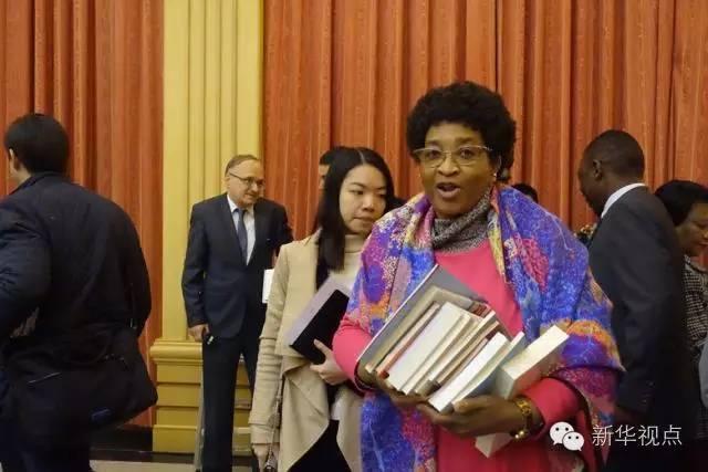 早早抵达会场的博兹瓦纳驻华使馆馆长恩圭娅,抱了十几本到座位上翻看。她说,自己刚到中国履新一个月,还在适应中国的方方面面,能被邀请参会、了解中国执政党的智慧,她感到十分兴奋。