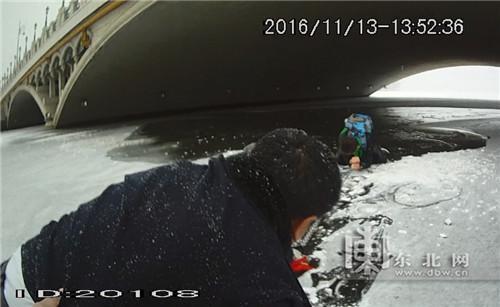 中学生落入冰窟 民警在冰面上匍匐靠近救人(图)