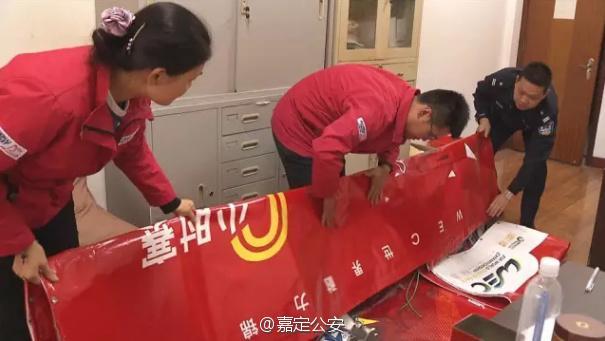 上海赛车场中央水景广场8幅广告幕布被窃 嫌疑人:为回家盖玉米