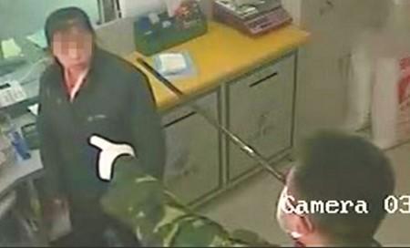 枪口指着女营业员头部。