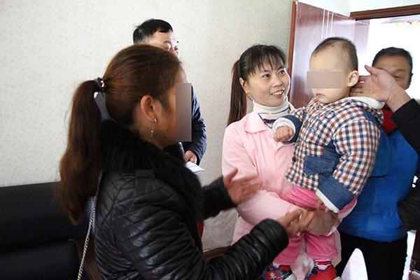 佳佳外婆从福利院将孩子接回家。(警方供图)