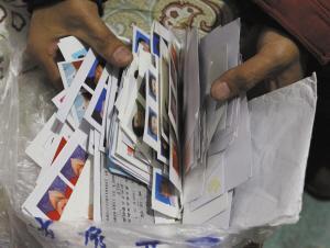 石家庄一公交车长捡到200张身份证千余张照片(图)