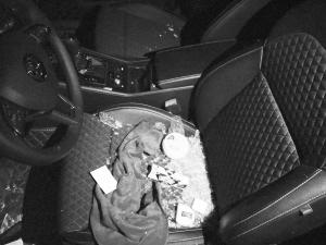 地下车库里30余辆私家车一夜被砸 车主心塞(图)