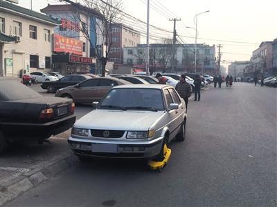 车主路边停车村委会锁车轮:交一百块钱才给开锁