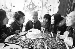 百岁老太无亲生儿女 邻居照顾30多年来祝寿(图)