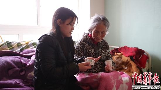 21岁孙女上大学照顾93岁奶奶:孝是人人都该有的