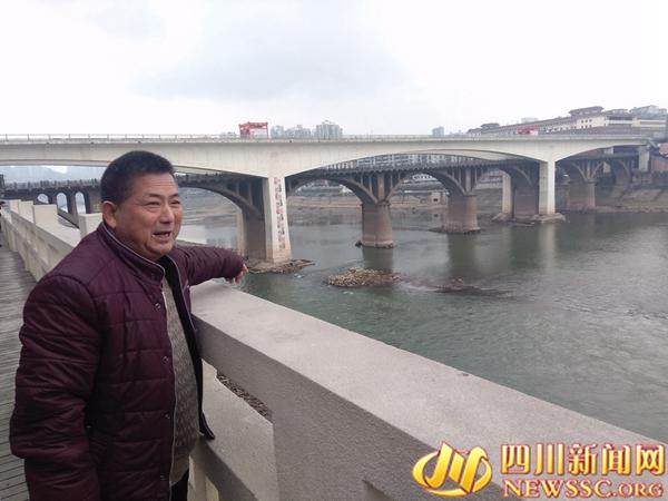 小伙跳40米高大桥被冲走百余米 57岁大叔救人(图)
