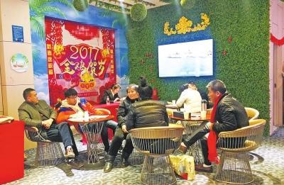 """春节期间郑州不少售楼部不""""打烊"""" 看房者外地人居多"""