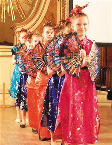 中国侨网图为波兰小学生正在表演中国传统舞蹈《扇子舞》。