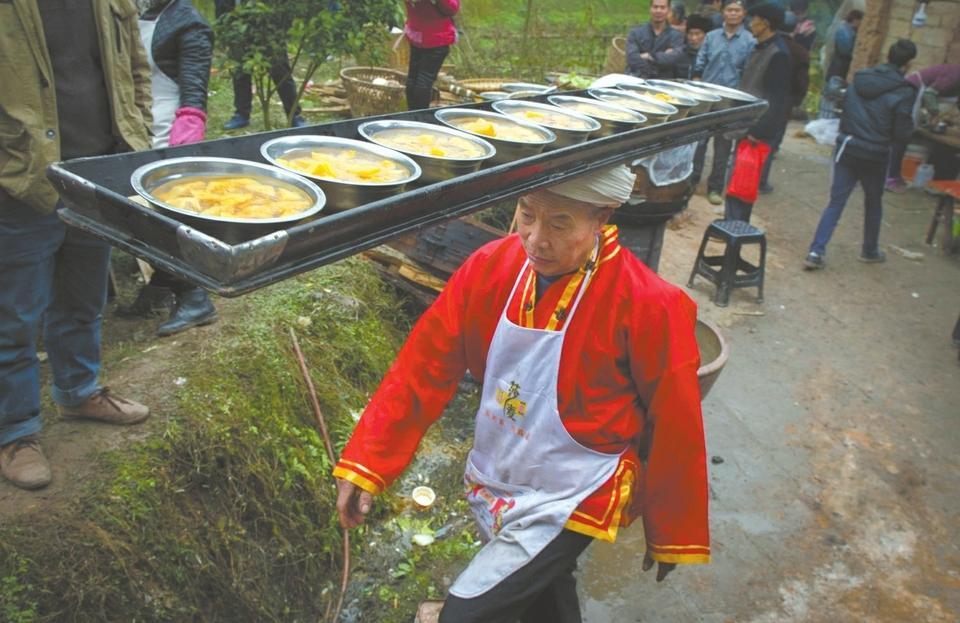 66岁打盆师:头顶传菜超30万碗 38年未失手