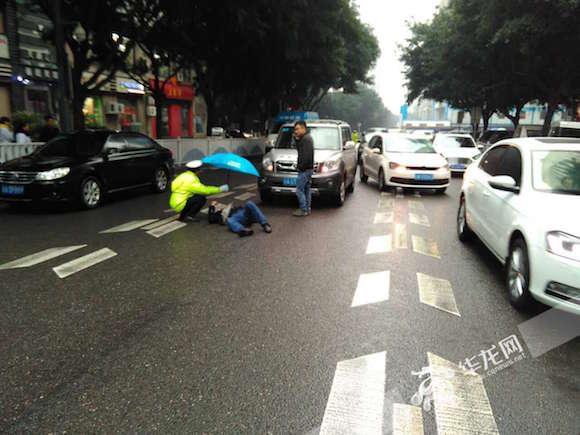 重庆2名交通巡逻队员雨中为伤者撑伞20分钟(图)