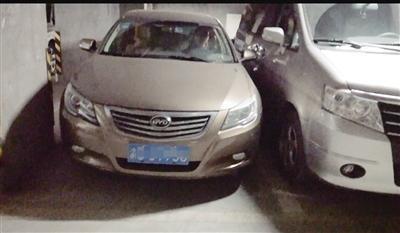 徐先生的车位(左)比正常车位要窄很多。