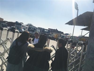 车辆违停被拖走 车主取车被索要&#x