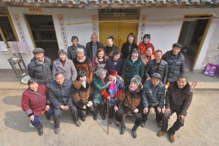 四川一105岁老人全家96口人 年龄相加达3850岁