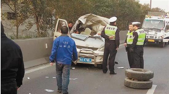 杭州一快速路飞来横祸 货车轮胎砸扁对面面包车