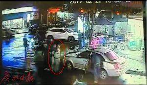 犯法怀疑人在超市外被捕获。(视频截图)
