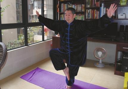 63岁大爷练瑜伽获奖:谁说瑜伽是女性专利?(图)