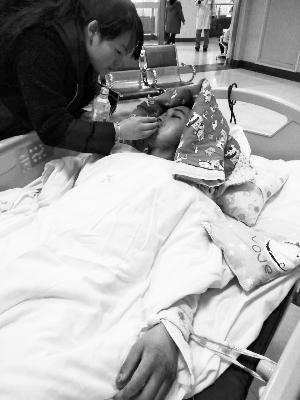 29岁儿子重伤 病重母亲:我不治病不要紧 先救他