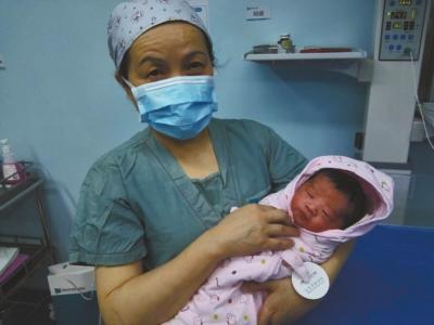 62岁助产士坚守产房一线41年 接生上万宝宝(图)