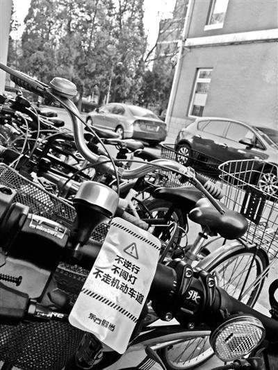 学生自行车强贴反光标引争议 学校:确应提前沟通