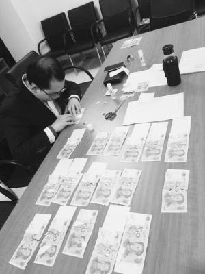 老人21张百元钞撕成八九百块 银行员工月余拼好