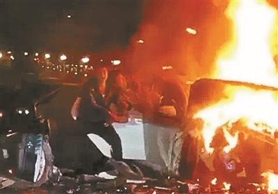 Retired firefighter nanchang unarmed fighting fires Pulling three people from the burning car