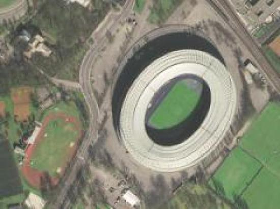 图为奥地利的恩斯特哈佩尔球场,可以清晰看出球馆顶部的钢筋结构。