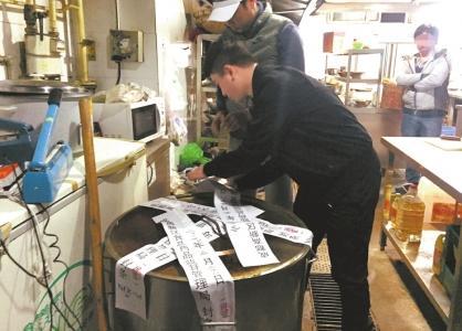 成都一火锅店回收老油套路深 前厅不能进后厨