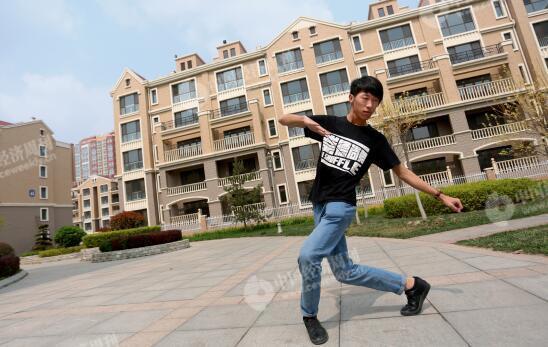 p31-2-张鹏在自家的小区内跳舞。他每天晚间在雄州公园广场上开设舞蹈培训班。